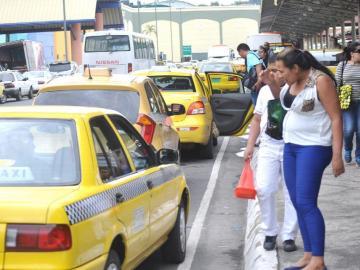 Taxistas presentan peticiones ante el Ministerio de Gobierno
