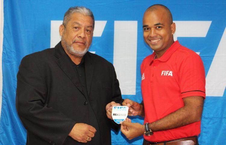 Árbitros de Panamá reciben gafete FIFA 2020