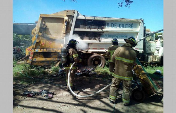 Se prende camión recolector en una galera del Municipio de Chitré