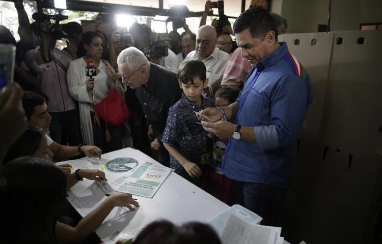 Alcalde colombiano denuncia hallazgo de micrófonos ocultos en su despacho