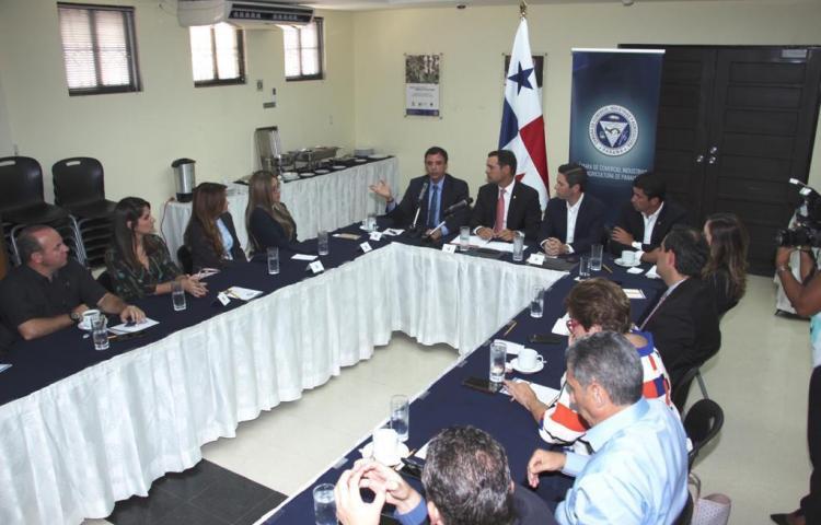 Contralor y miembros de la Cámara de Comercio, Industria y Agricultura se reunieron
