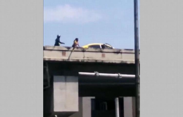 Mujer intentó lanzarse del puente vehicular de la 5 de Mayo