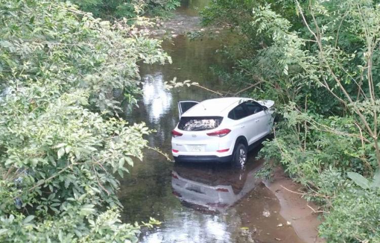 Quedó zampado en el río luego de perder control del vehículo