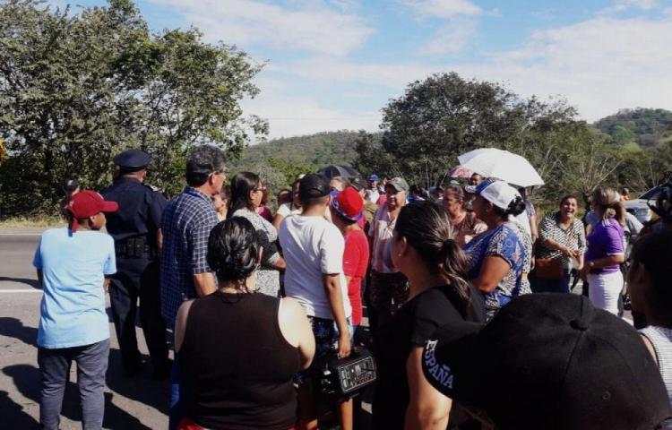 Cerraron calle en Las Lomas porque tienen 15 días sin agua