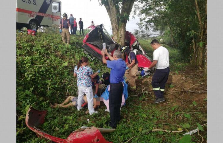 Enfermero muere tras chocar contra un árbol en Bocas