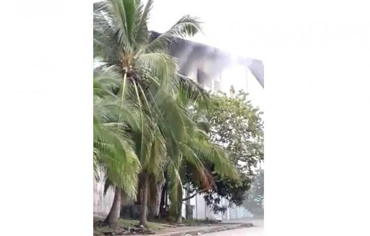 A falta de agua, seis carros cisternas intentan frenar incendio en depósito de la Zona Libre