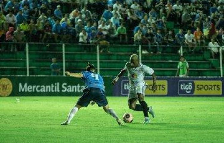Carlos Navas salvó al Real Santa Cruz en el fútbol boliviano