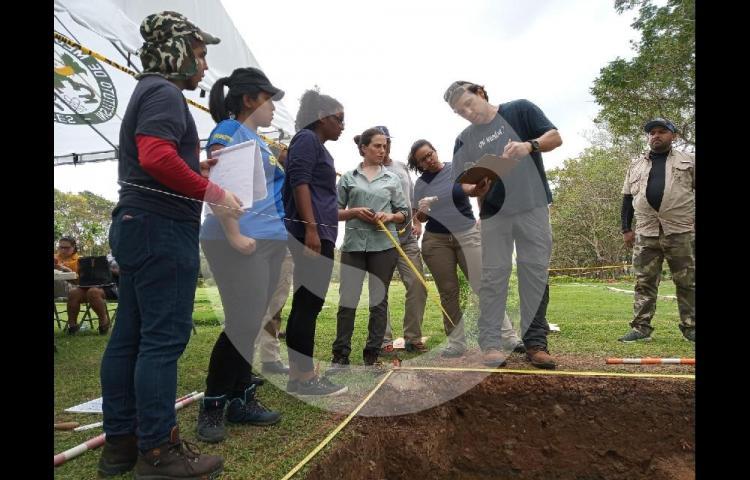 Autoridades continúan con las exhumaciones de las víctimas de la Invasión