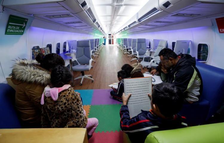 Un avión biblioteca para que despegue la lectura en una barriada de México