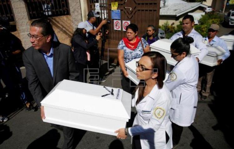 Familiares reciben restos de 6 personas asesinadas por Ejército salvadoreño