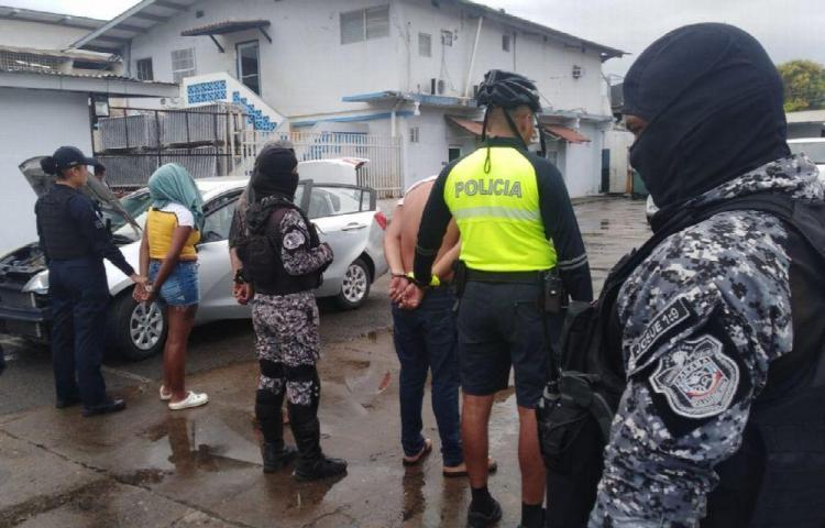 Vieron a la policía, trataron de huir y los capturaron