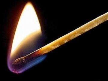 Hombre le roció Bay Rum a la mujer y le prendió fuego
