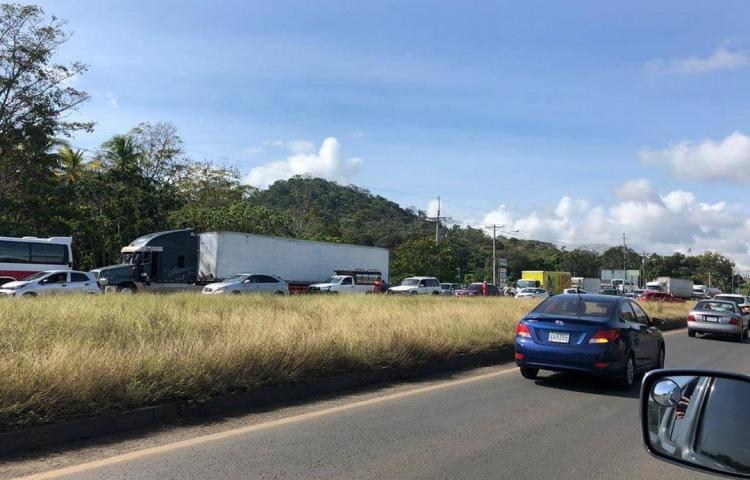 Transportistas se tiran a la calle, en la Pesa, de La Chorrera