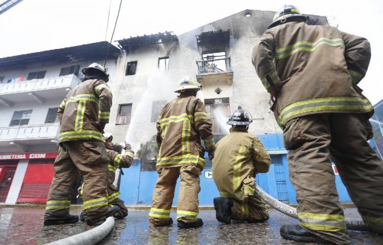 Incendio en edificio Cantina en Santa Ana dejó al menos 17 damnificados