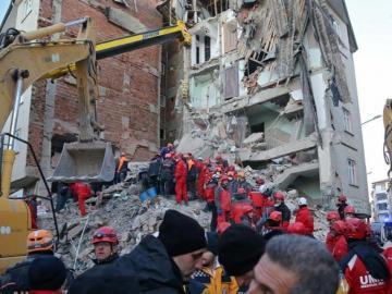 Turquía, al rescate tras un terremoto con 29 muertos