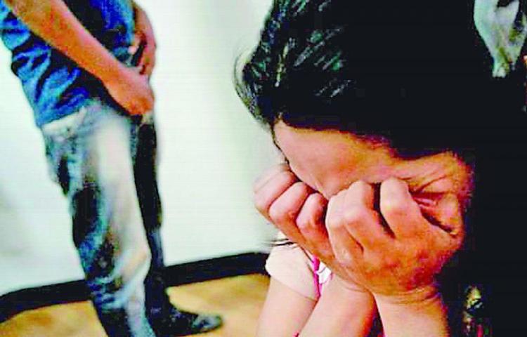 Entre dos la amordazaron y violaron en Nueva Libia