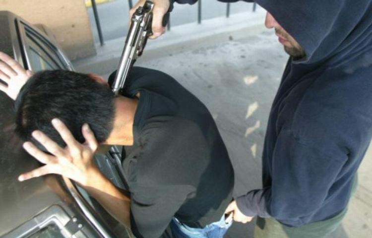 Miserables le dan un tiro a conductor de una chiva para robarle 8 dólares