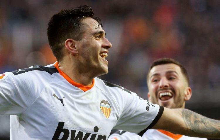 Valencia golpea al Barcelona en Mestalla