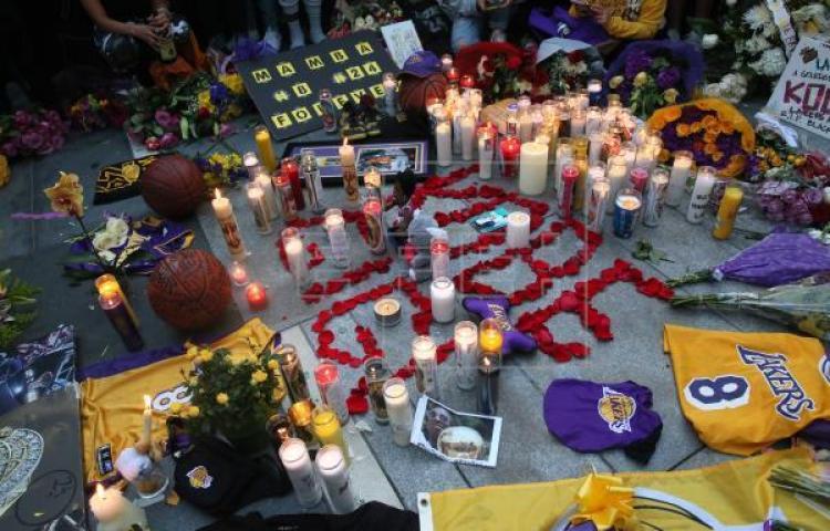 Seguidores de Bryant instalan altares afuera del Stapes Center