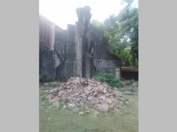 Monumento es usado como tiradero de caliche