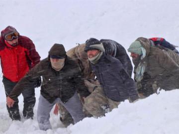 Aumentan a 38 los muertos por dos aludes de nieve en Turquía suroriental
