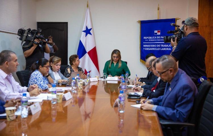Miembros de Conato instalan diálogo con la ministra de Trabajo