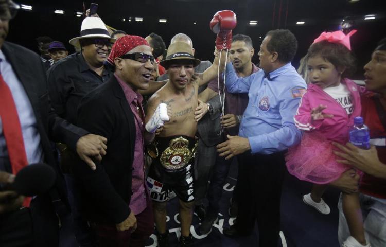 Luis Concepción noquea Rober Barrera y gana título interino mosca de la AMB