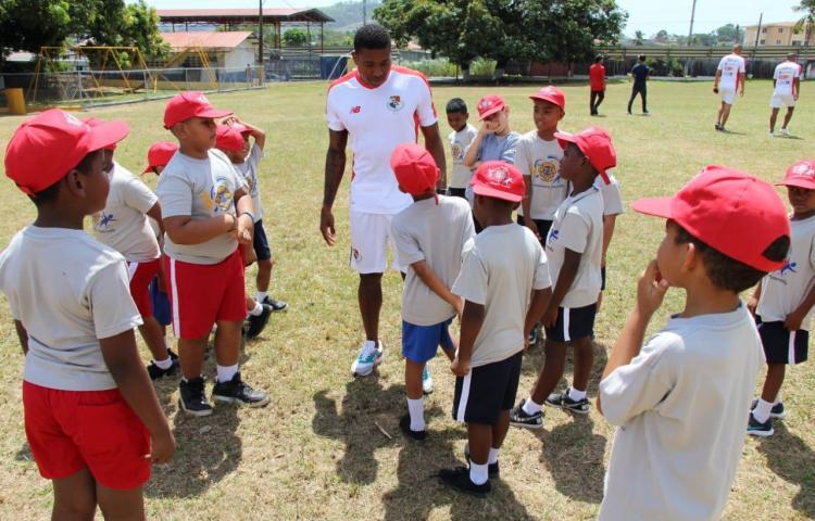 Niños de Colonias Infantiles, felices con la Roja