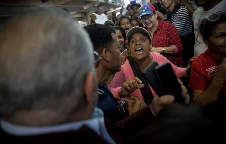 Enfrentamientos a gritos en aeropuerto de Caracas a la espera Guaidó