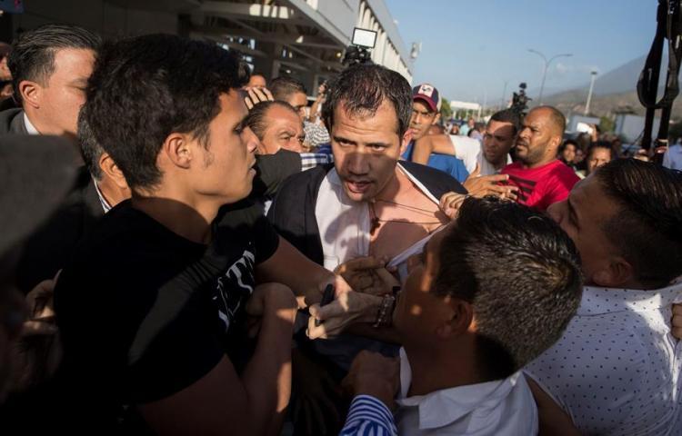 Guaidó recibe golpes y empujones de muchedumbre chavista al llegar a Caracas