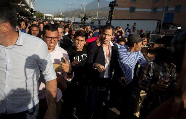 Guaidó es recibido con una paliza de oficialistas