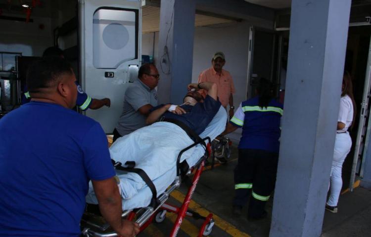 Helicóptero cae en una área despejada y deja tres heridos