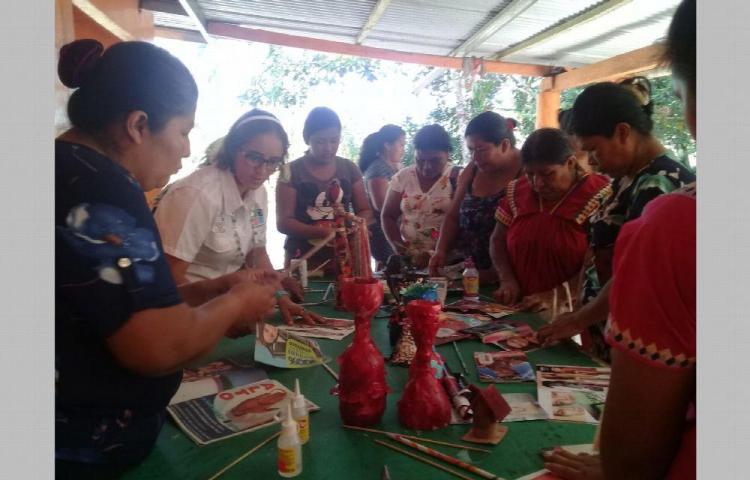Indígenas en cursos de manualidades en Chiriquí