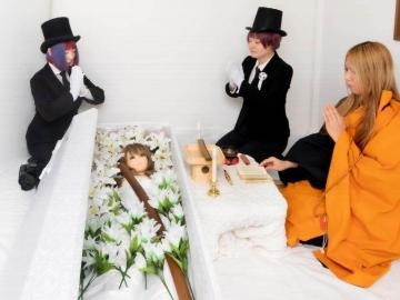 Funerales para muñecas sexuales