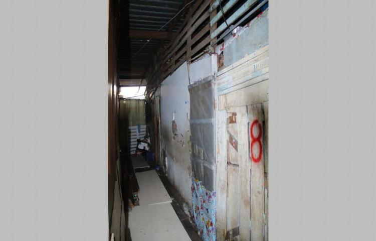 Más de 30 familias viven en la barraca de madera Patio Rochet
