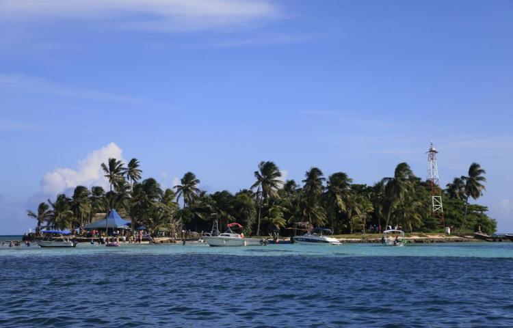 Residuos sin tratar ahogan a la paradisiaca isla colombiana de San Andrés
