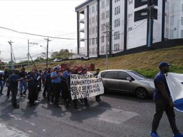 Bomberos marchan por sus derechos