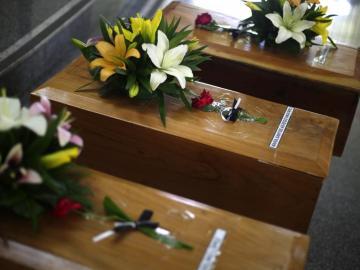 Entregan restos de tres personas asesinadas en la guerra civil de El Salvador