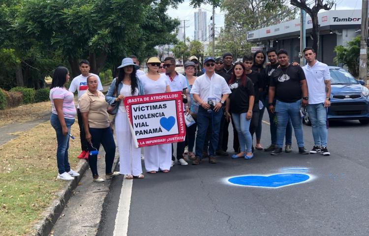 Pintan corazón azules en memoria del joven Yaxel, atropellado en Santa Elena