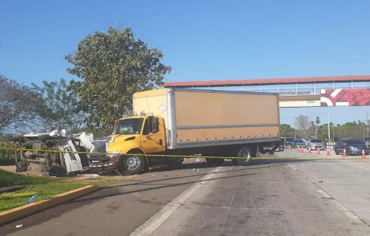 Camión colisionó un busito y le arrancó la vida a un joven