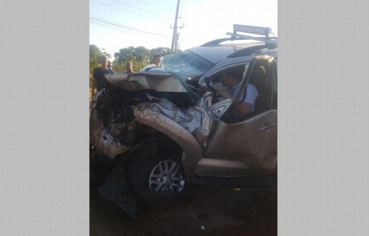 Quedó atrapado en su auto tras accidentarse