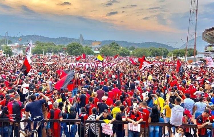 Fanáticos de Blas Pérez en Colombia entran en euforia al ver su presencia