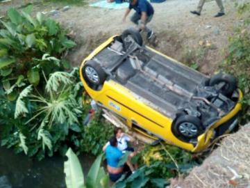 Taxista se volcó y cayó a una quebrada