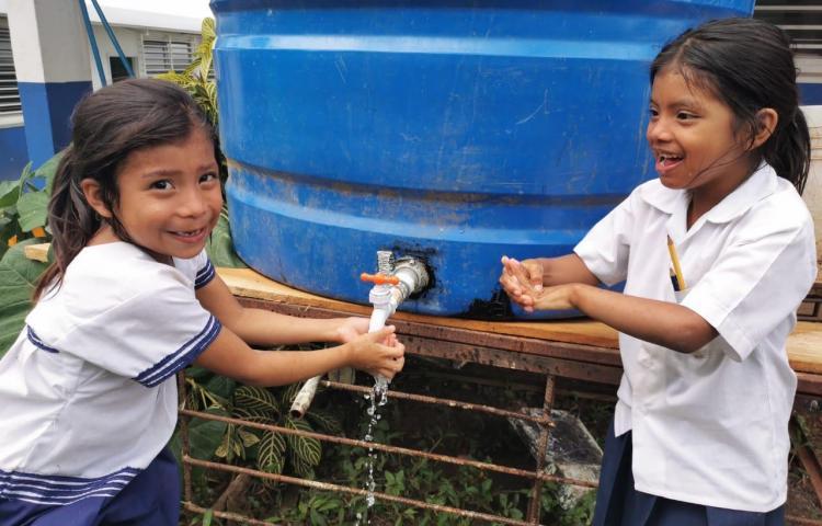 Meduca distribuirá gel alcoholado en las escuelas sin suministro de agua