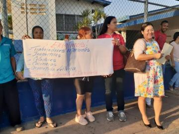 Padres de familia protestan por falta de personal