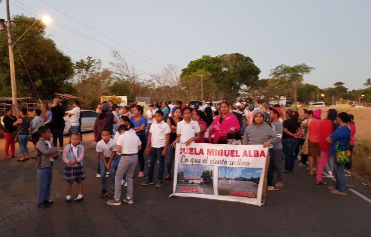 Más de 10 horas de protesta por escuela prometida