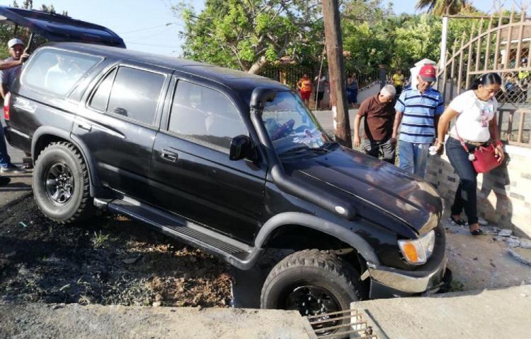 Colisión entre camioneta y colegial dejó dos heridos