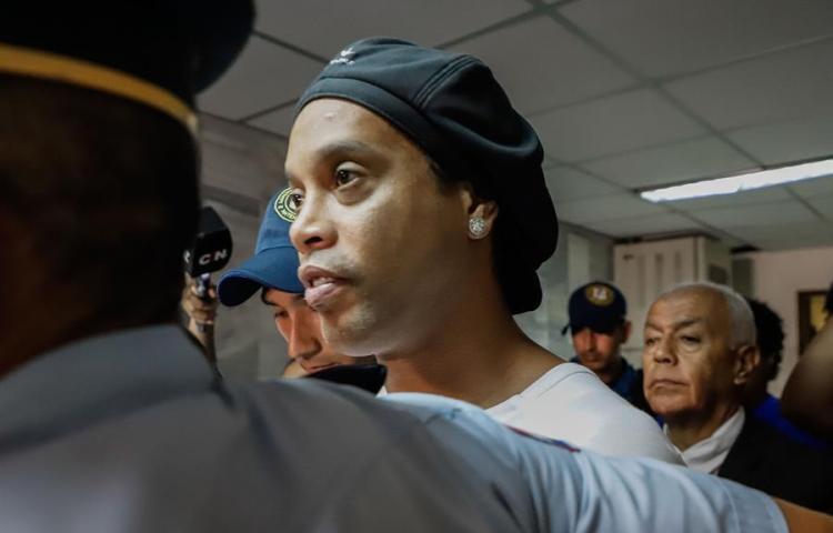 Ronaldinho, una semana arrestado en Paraguay mientras sigue cerco a empresaria