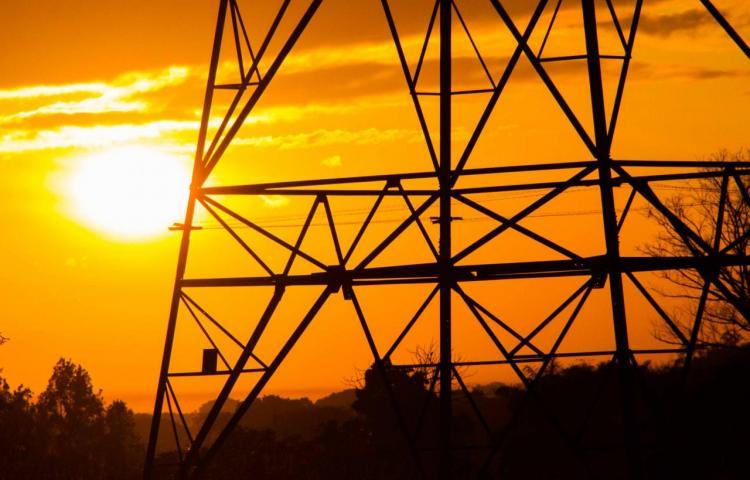 Gobierno promete una rebaja de 25% en precios de combustible y 5% en energía eléctrica