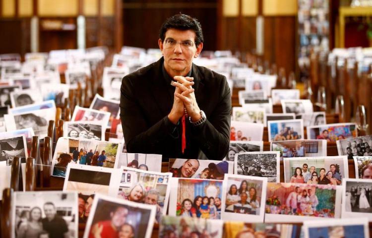 Padre da misa con miles de fotografías